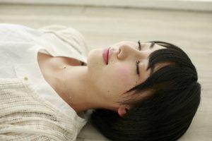 仰向けで眠る女性